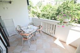 Балкон. Черногория, Игало : Апартамент с отдельной спальней, с большим балконом, 50 метров до моря