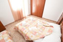 Спальня. Черногория, Бечичи : Апартаменты на 5 персон, 2 спальни, с видом на море
