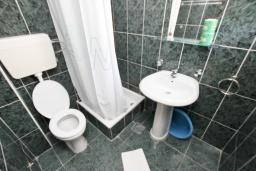 Ванная комната. Черногория, Бечичи : Апартаменты на 5 персон, 2 спальни, с видом на море