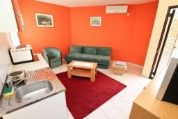 Гостиная. Черногория, Пржно / Милочер : Апартаменты на 4-6 персон, 2 спальни, 50 метров от пляжа