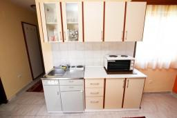 Кухня. Черногория, Пржно / Милочер : Апартаменты на 4-6 персон, 2 спальни, 50 метров от пляжа