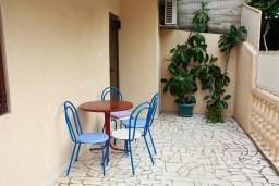 Терраса. Черногория, Пржно / Милочер : Апартаменты на 4-6 персон, 2 спальни, 50 метров от пляжа