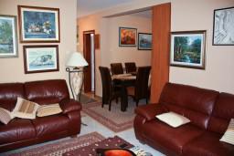 Гостиная. Черногория, Пржно / Милочер : Апартаменты на 5 персон, 3 спальни, 20 метров от пляжа