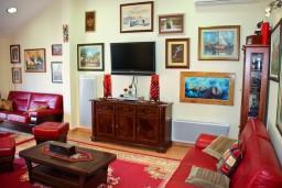 Гостиная. Черногория, Пржно / Милочер : Люкс апартамент (этаж дома) 110м2 в 20 метрах от пляжа, 3 спальни, 3 ванные комнаты, балкон с видом на море