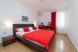 Спальня. Черногория, Пржно / Милочер : Апартамент в Пржно с видом на море
