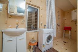 Ванная комната. Черногория, Пржно / Милочер : Апартамент в Пржно с видом на море