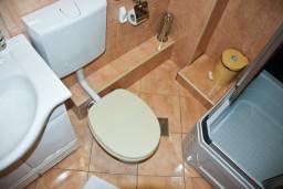 Ванная комната. Черногория, Пржно / Милочер : Апартаменты на 6 персоны, 3 спальни, 50 метров от пляжа
