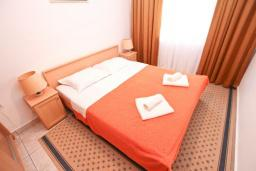 Спальня. Черногория, Пржно / Милочер : Апартамент с отдельной спальней, с балконом с видом на море
