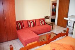 Гостиная. Черногория, Каменово : Апартаменты для 4-5 человек, с отдельной спальней, с балконом с видом на море