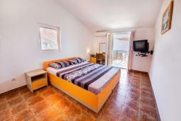Спальня. Черногория, Каменово : Апартамент с отдельной спальней, с балконом с видом на море