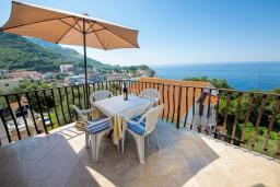 Балкон. Черногория, Каменово : Апартамент с отдельной спальней, с балконом с видом на море