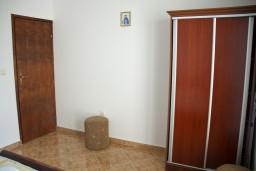 Гардеробная / шкаф. Черногория, Каменово : Апартамент с видом на море, 100 метров от пляжа