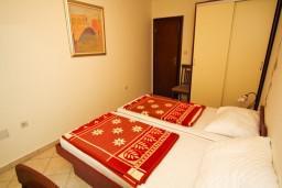 Спальня. Черногория, Каменово : Апартамент на 4-6 персоны, с 2-мя отдельными спальнями, с балконом с видом на море