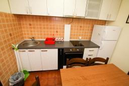 Кухня. Черногория, Каменово : Апартамент с отдельной спальней в 300 метрах от моря