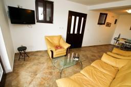 Гостиная. Черногория, Каменово : Люкс апартамент для 4-6 человек, с 2-мя спальнями и полностью оборудованной кухней