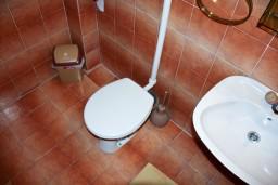 Ванная комната. Черногория, Каменово : Апартамент на 3 персоны, с 2 спальнями, с большой террасой