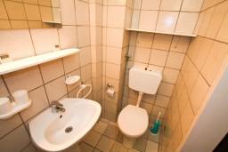 Ванная комната. Черногория, Каменово : Студия с террасой с видом на море, 150 метров от пляжа