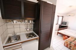 Кухня. Черногория, Каменово : Студия с террасой с шикарным видом на море, 150 метров от пляжа