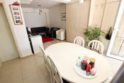 Обеденная зона. Черногория, Каменово : Апартамент с отдельной спальней, 150 метров от пляжа