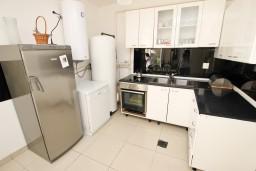 Кухня. Черногория, Каменово : Апартамент с отдельной спальней, 150 метров от пляжа