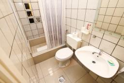Ванная комната. Черногория, Каменово : Апартамент с отдельной спальней, 150 метров от пляжа