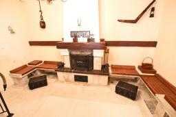 Гостиная. Черногория, Святой Стефан : Национальный дом в горах класса ЛЮКС, с 4-мя спальнями, 4-мя ванными комнатами, с огромной гостиной, 3 террасы, неописуемый вид на море, бассейн.