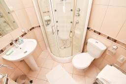 Ванная комната. Черногория, Игало : Студия с балконом с видом на море, 50 метров до пляжа