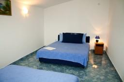 Спальня. Черногория, Святой Стефан : Апартамент в Святом Стефане с видом на море, на вилле с бассейном