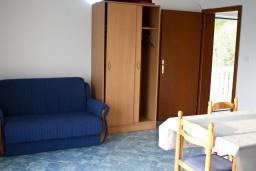 Гостиная. Черногория, Святой Стефан : Апартамент в Святом Стефане с видом на море, на вилле с бассейном