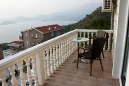 Вид на море. Черногория, Святой Стефан : Апартамент в Святом Стефане с видом на море, на вилле с бассейном
