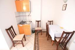 Кухня. Черногория, Святой Стефан : Апартаменты на 4 персоны, 2 спальни, с видом на море