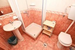 Ванная комната. Черногория, Святой Стефан : Апартаменты на 4 персоны, 2 спальни, с видом на море