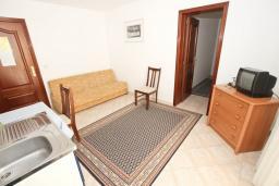 Гостиная. Черногория, Святой Стефан : Апартамент с балконом с видом на море на вилле с бассейном