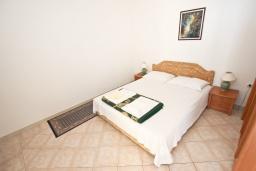Спальня. Черногория, Святой Стефан : Апартамент с балконом с видом на море на вилле с бассейном