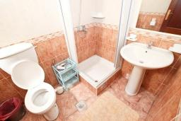 Ванная комната. Черногория, Святой Стефан : Апартамент с балконом с видом на море на вилле с бассейном