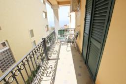 Балкон. Черногория, Святой Стефан : Апартамент с балконом с видом на море на вилле с бассейном