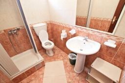 Ванная комната. Черногория, Святой Стефан : Студия на вилле с бассейном