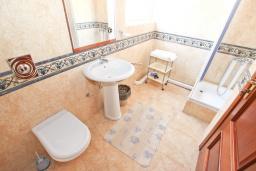 Ванная комната. Черногория, Святой Стефан : Апартаменты на 5 персон, 2 спальни, с видом на море