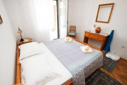 Спальня. Черногория, Святой Стефан : Апартамент с отдельной спальней, с балконом с видом на море