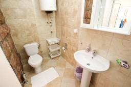 Ванная комната. Черногория, Святой Стефан : Апартамент с отдельной спальней, с балконом с видом на море