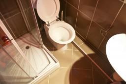 Ванная комната. Черногория, Святой Стефан : Апартамент в Святом Стефане с видом на море