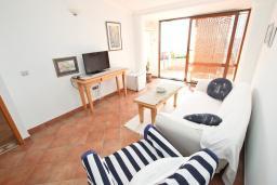 Гостиная. Черногория, Святой Стефан : Апартамент для 4-5 человек, с отдельной спальней, с балконом с видом на море