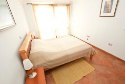 Спальня. Черногория, Святой Стефан : Апартамент для 4-5 человек, с отдельной спальней, с балконом с видом на море