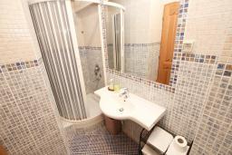 Ванная комната 2. Черногория, Святой Стефан : Апартамент для 4-5 человек, с отдельной спальней, с балконом с видом на море