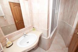 Ванная комната. Черногория, Святой Стефан : Апартамент для 4-5 человек, с отдельной спальней, с балконом с видом на море