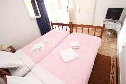Спальня 2. Черногория, Святой Стефан : Апартаменты на 4 человек, с 2-мя отдельными спальнями, с террасой с видом на море  и остров Святого Сефана