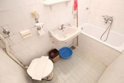 Ванная комната. Черногория, Святой Стефан : Апартаменты на 4 человек, с 2-мя отдельными спальнями, с террасой с видом на море  и остров Святого Сефана
