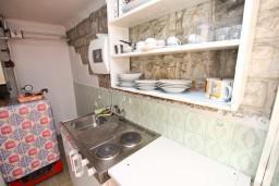 Кухня. Черногория, Святой Стефан : Апартаменты на 4 человек, с 2-мя отдельными спальнями, с террасой с видом на море  и остров Святого Сефана