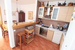 Кухня. Черногория, Святой Стефан : Апартаменты на 6 персон, 3 спальни, с видом на море, на берегу Святого Стефана