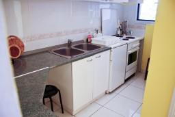 Кухня. Черногория, Святой Стефан : Апартаменты на 4 персоны с видом на море, 100 метров от пляжа